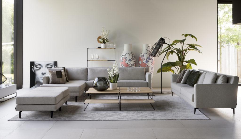 groot salon design licht grijs met poef
